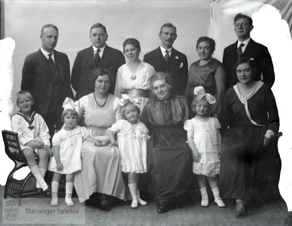 Bildet har nummer 57246 i Johannessens kundeprotokoller. Familieportrett.