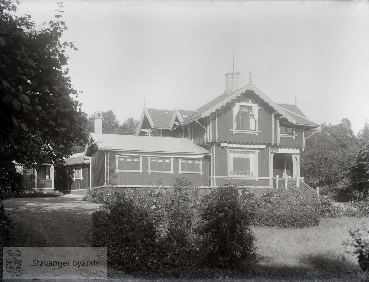 Sigval Bergesens landsted. Toetasjes villa i sveitserstil reist i 1897 etter tegninger av professor Johan Joachim Meyer.