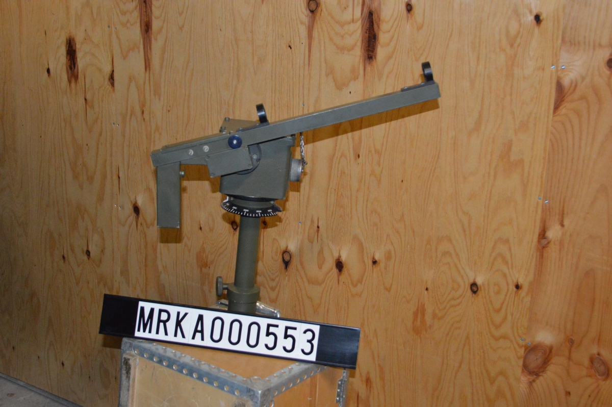 Tripod (trästativ) på vilken målangivaren var fästad.  Gradskiva med bäringsmarkering och index. Pistolhantag vilket var rörligt i höjd och sidled. Kabel mellan målangivare och sikteskärra. Korn och sikte för grovriktning. Tripod-stativet och kabel saknas i samlingen  Handhavande. När ett mål upptäcks av observatören vid målangivaren riktar han pistolen mot målet så att det framträder på operatörsenhetens TV-monitor.