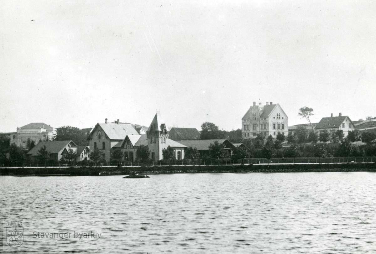 I bakgrunnen ser vi teatret, jernbanestasjonen og Smedsrudhuset (Dronningens gate 2).