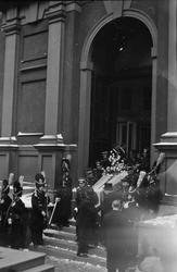 Troligen begravningen av Prins Gustaf Adolf, en kista bärs u