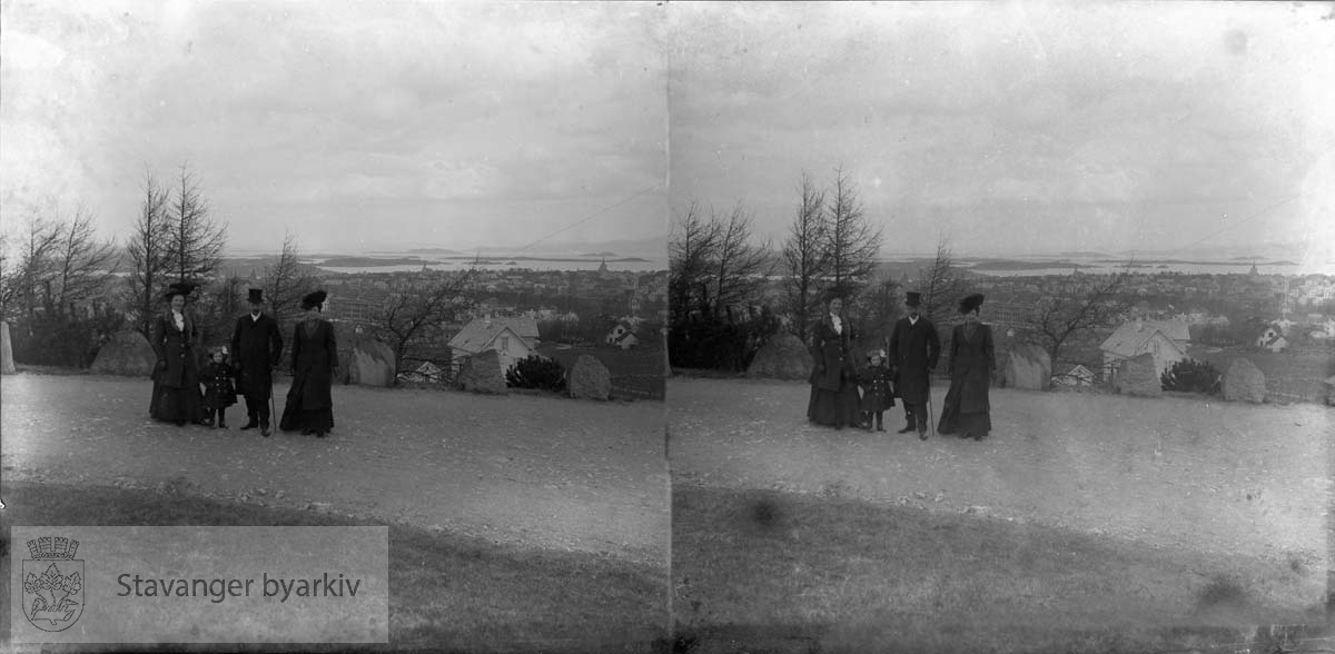 Nicoline Eckhoff til venstre med familien Juell? .I bakgrunnen Våland skole under bygging, Hetland kirke til høyre langt bak og St Petri kirke til venstre...Stereofotografi..