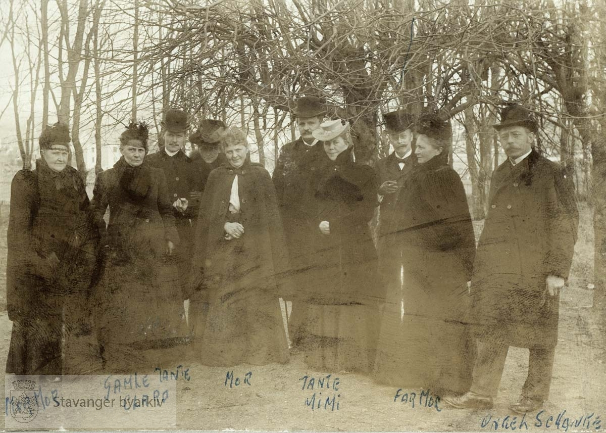 Fra venstre: Lina Berner f. Gabrielsen, Clara Tausan, Thomas Poulsson, Lina Poulsson, Martha Monsen, Lina Berentsen, Marie Meidell (?), Apoteker Meidell, Birgitte Monsen, Schanche Monsen.
