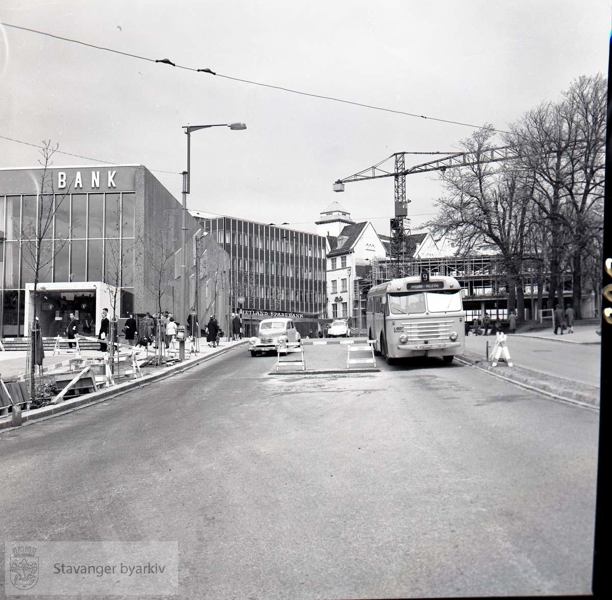 Anleggsarbeid. Norges Bank under oppføring. Stavanger Sparekasse, Hetland Sparebank. Buss nr 9 Mariero-Hillevåg i gaten.