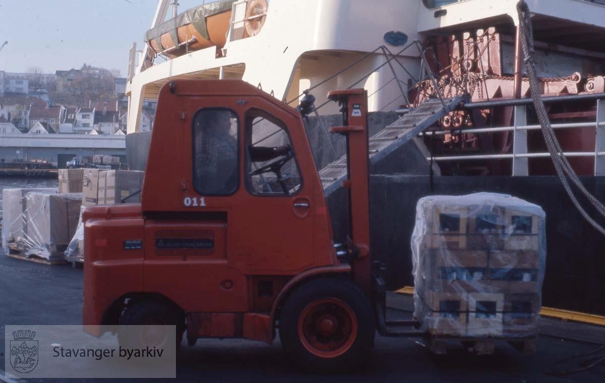 Truck med last til en av fergene