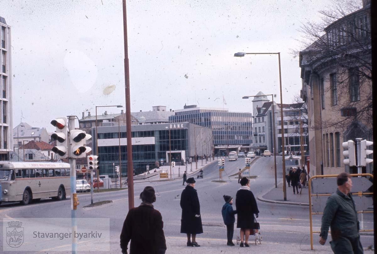 Haakon VIIs gate.Litt av posthuset til høyre. SR-bank midt i bildet.