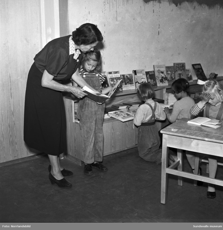 Hagaskolan, interiörbilder med barn och lärare.