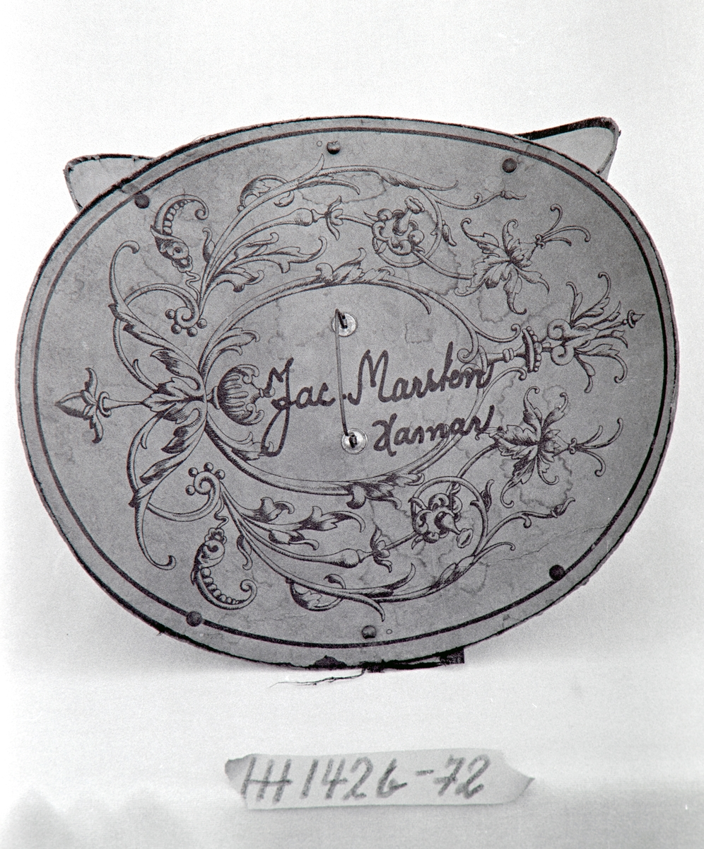 Form: Oval, sylindrisk pull med bøyd brem.