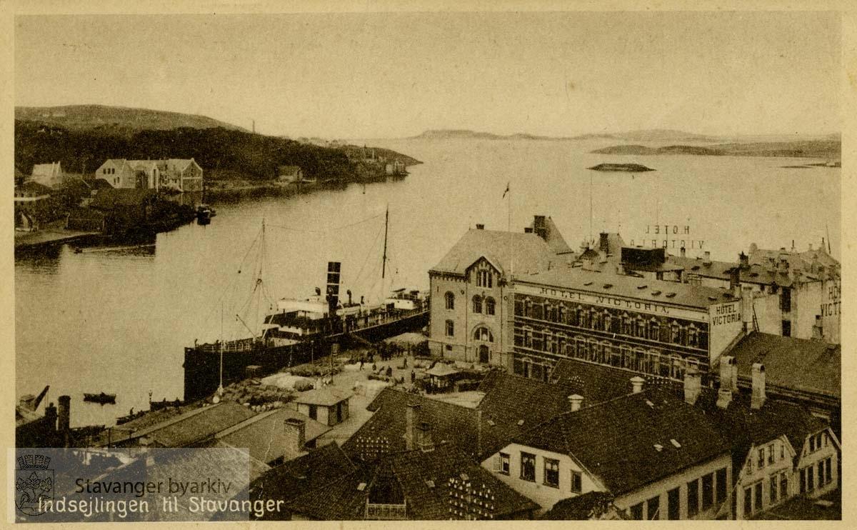 Innseilingen til Stavanger med Victoria Hotell og Tollboden, sett fra Valberget