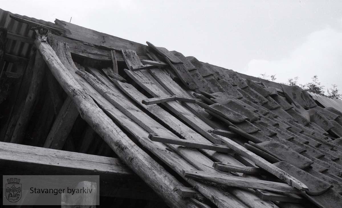 """Gårdsnummer: 16.Bruksnummer: 42..Gammelt våningshus: """"Værhus"""" og gammel løe: grindabygd, med fjøs i utmurt bindingsverk"""