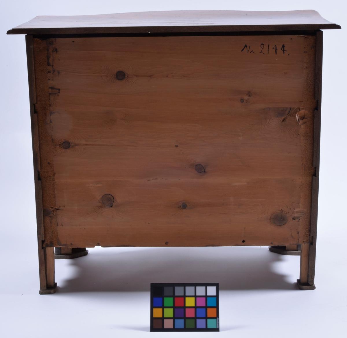Med inläggningar och beslag. Tre lådor.  Av säljaren inköpt i ett lantbrukarhem i Bälinge.  Modell/Fabrikat/typ: Rokoko