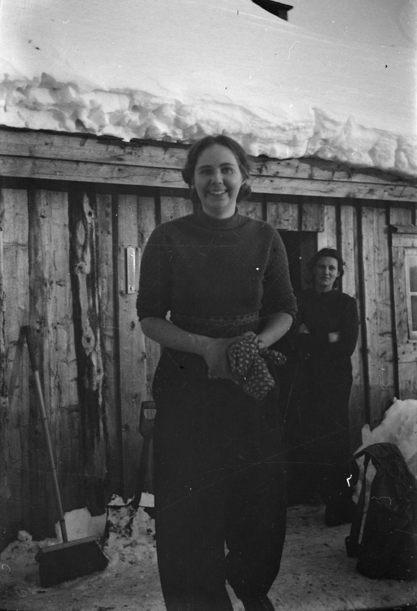 To kvinner utenfor en seterbygning, antakelig i Østre Gausdal