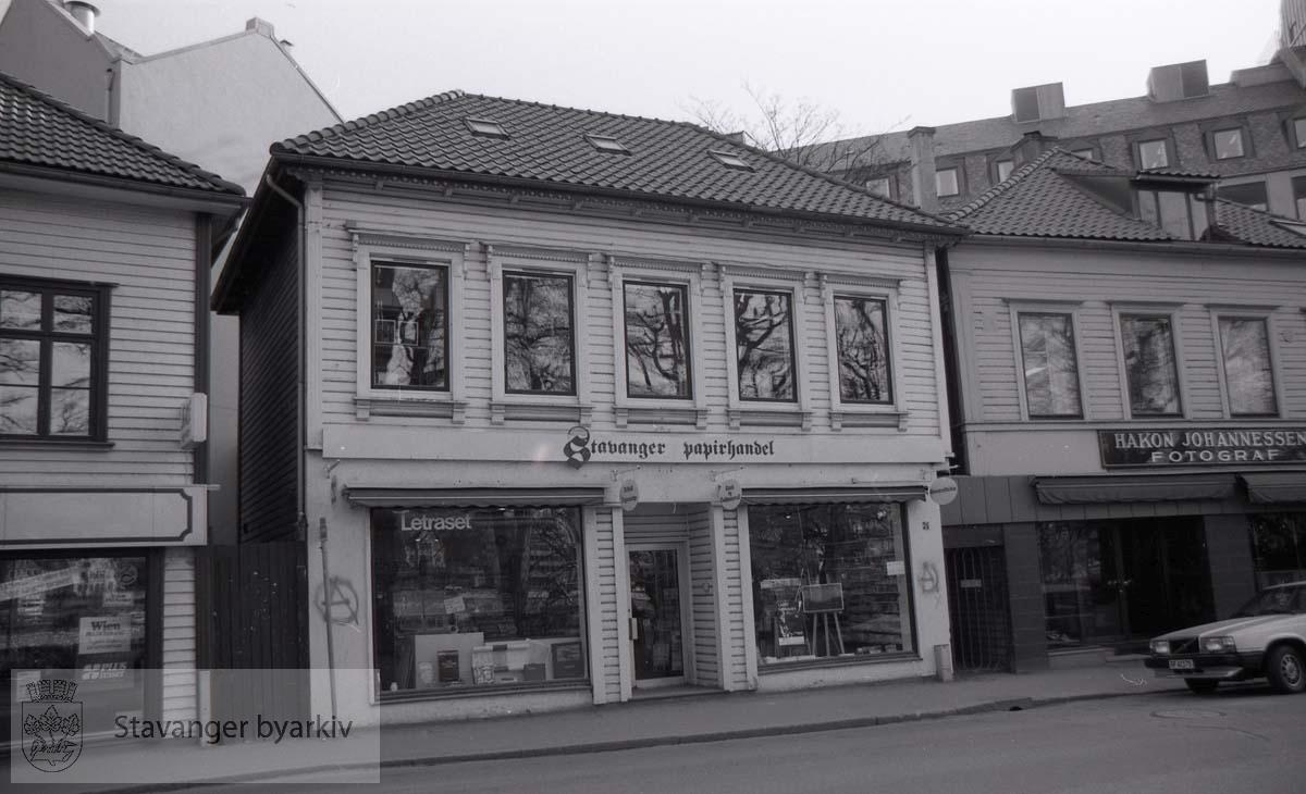 Stavanger Papirhandel.Fotograf Hakon Johannessen til høyre