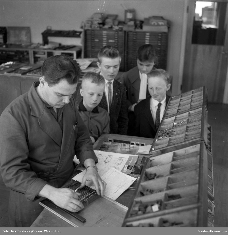 En skolklass från Torpshammar på studiebesök på Dagbladet. På första bilden studeras en typograf i arbete på sätteriet och andra bilden en gruppbild med hela klassen.