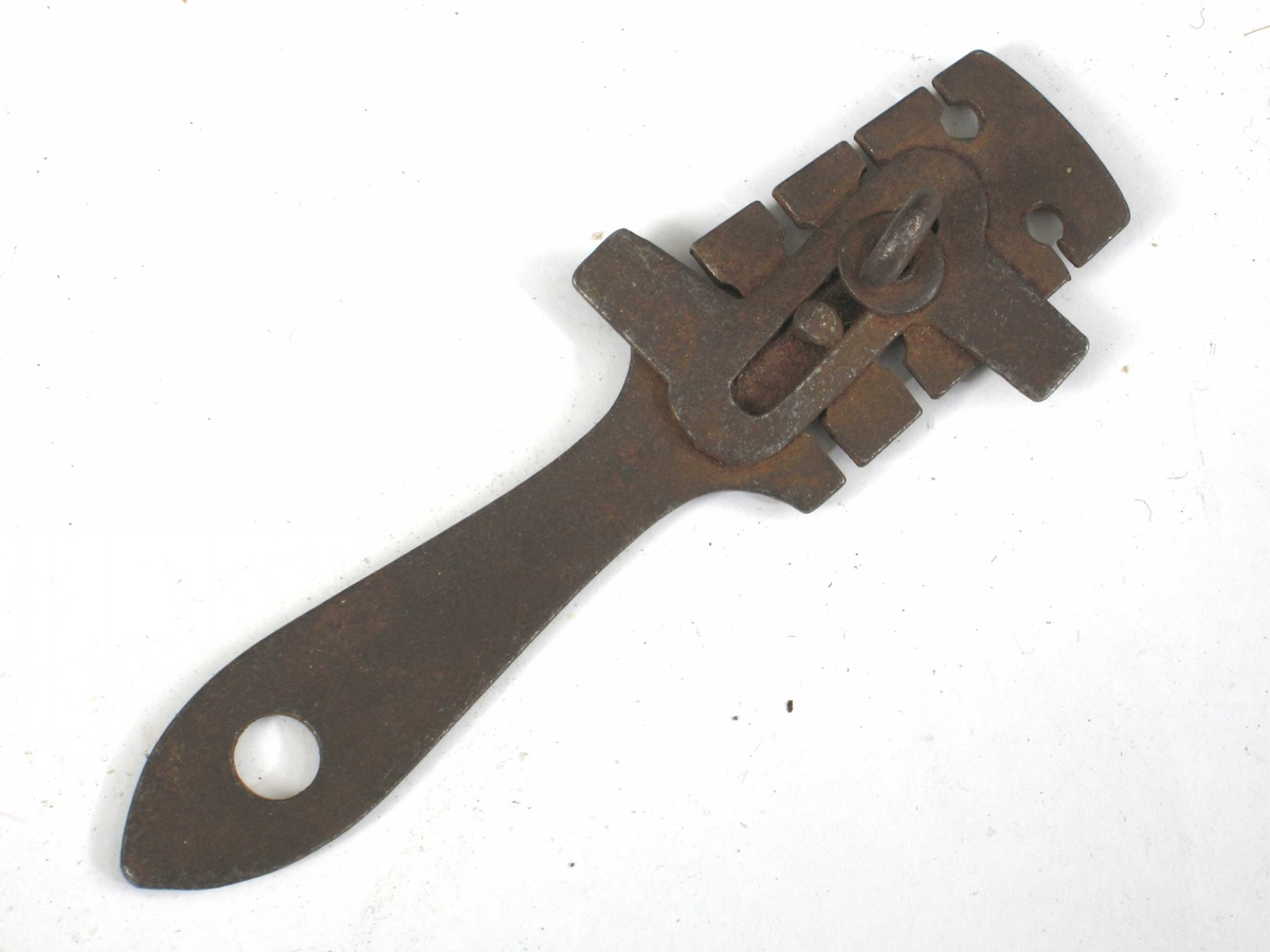 Vikkejern, støpt, i handtaket hull til opphenging, i andre enden flate med 4 nøkkelhull- forma innhakk symetrisk på hver side. Påsett med skrue spesielt jern for vikking.   Tilstand mai 1975: Noe rusta.
