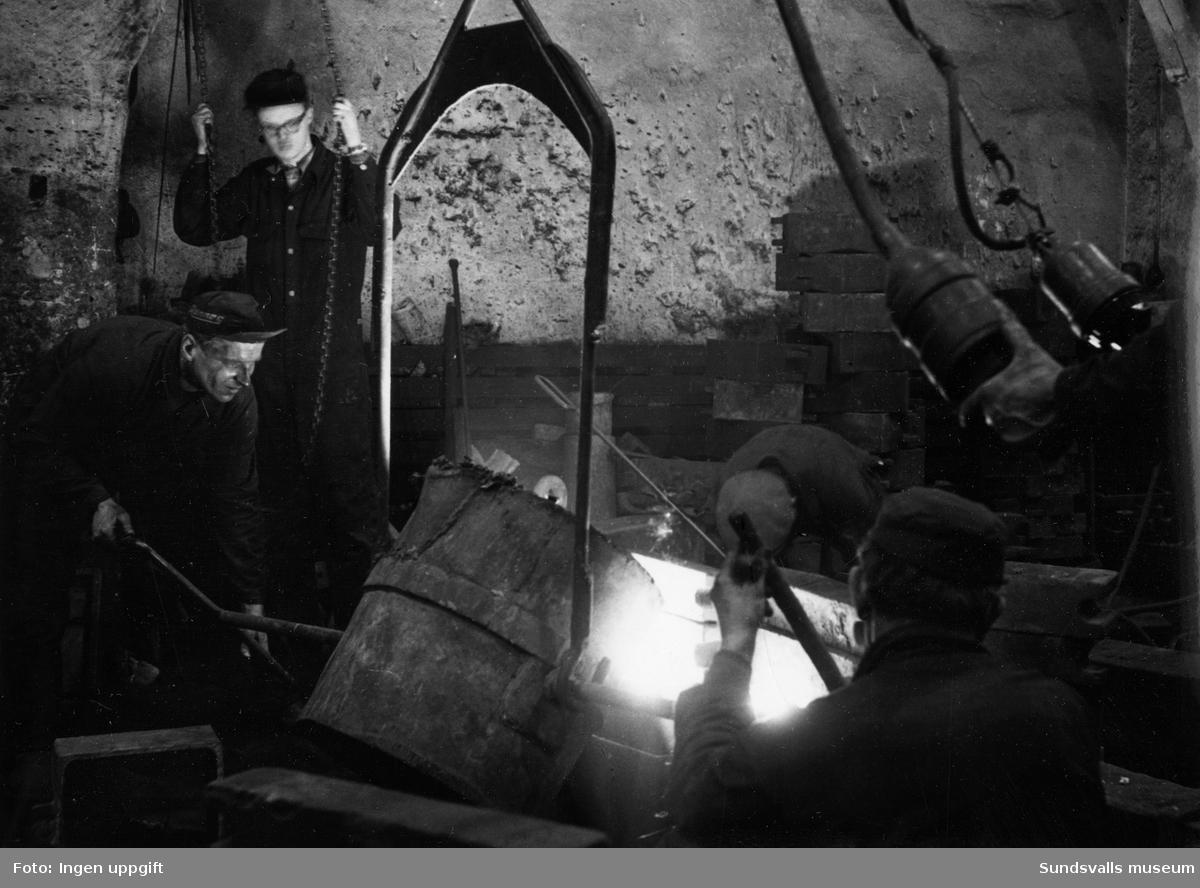"""Ett stort antal bilder med interiörer och gjuteriarbetare på Mohögs gjuteri vid Mohögs Mekaniska Verkstad. Fotografierna ingår i ett minnesalbum tillägnat gjutaren Viktor Dahlberg, anställd mellan 1917 till 1956. """"Sista biten"""". Bilderna visar den sista gjutningen vid stängningen 1956."""