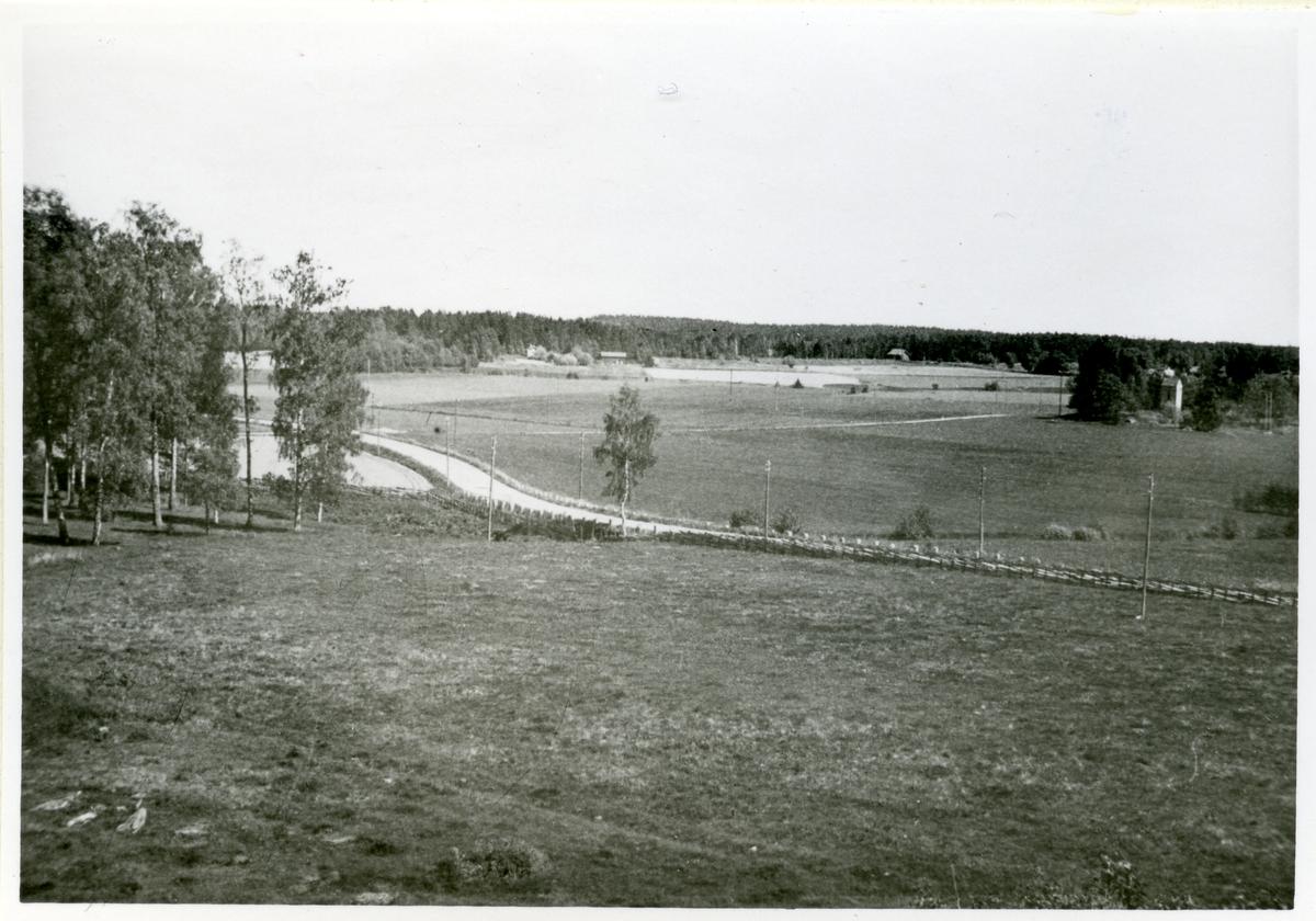 Badelunda sn, Anundshögsområdet, Långby. Utsikt mot vägen.