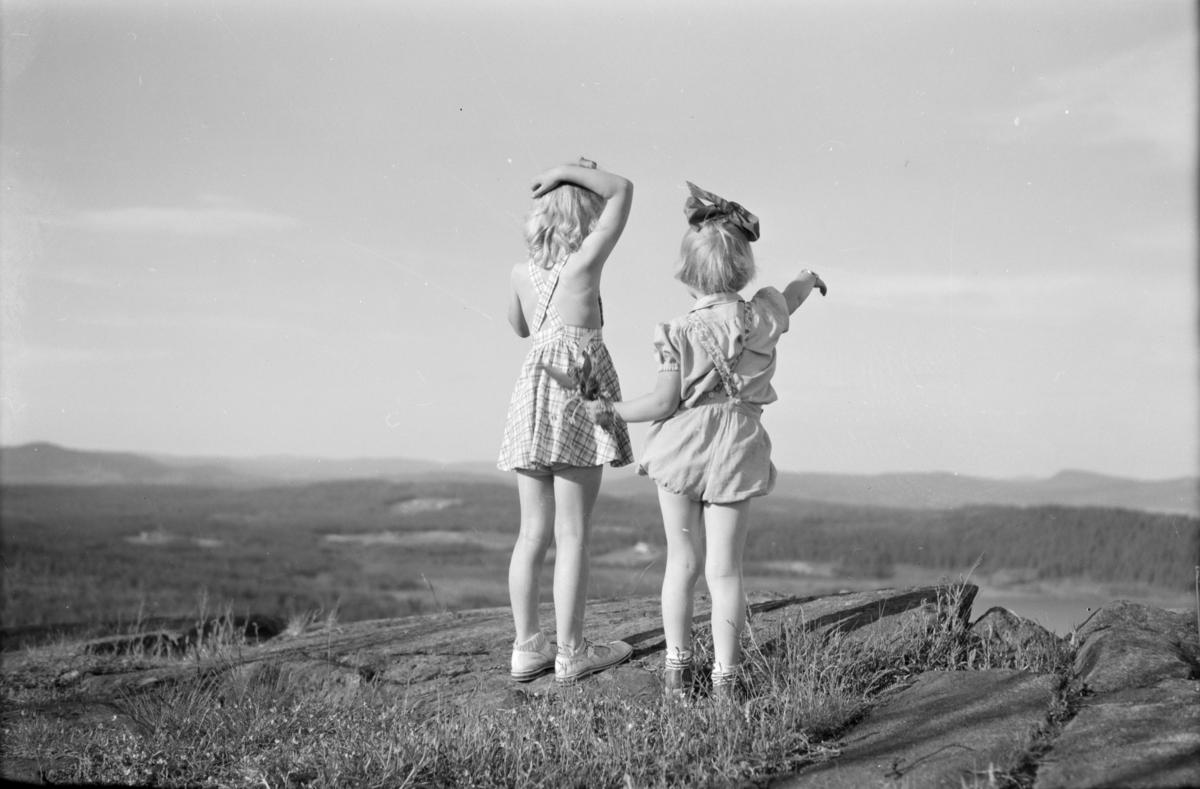 To barn på et høydepunkt med fin utsikt