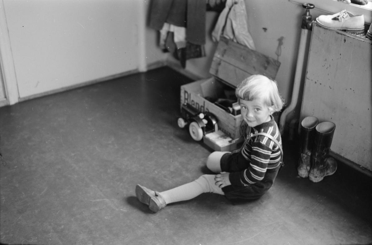 Lite barn leker på gulvet