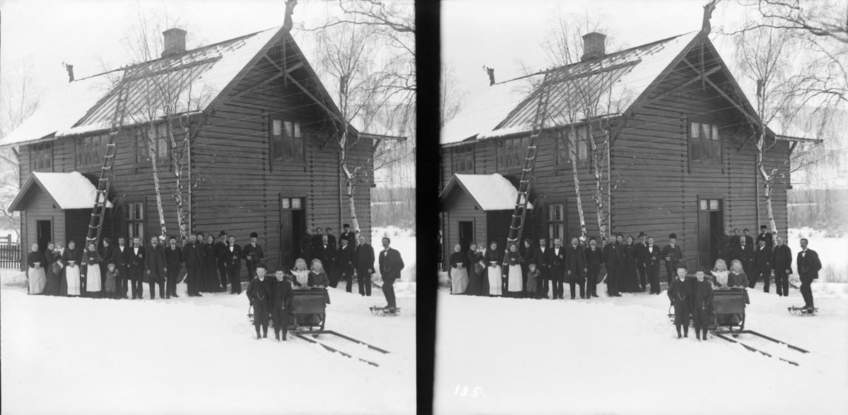 Nord-Fron, Vinstra. Hans H. Lie sitt hus Fronheim med mange mennesker og ei hestesluffe i forgrunnen.