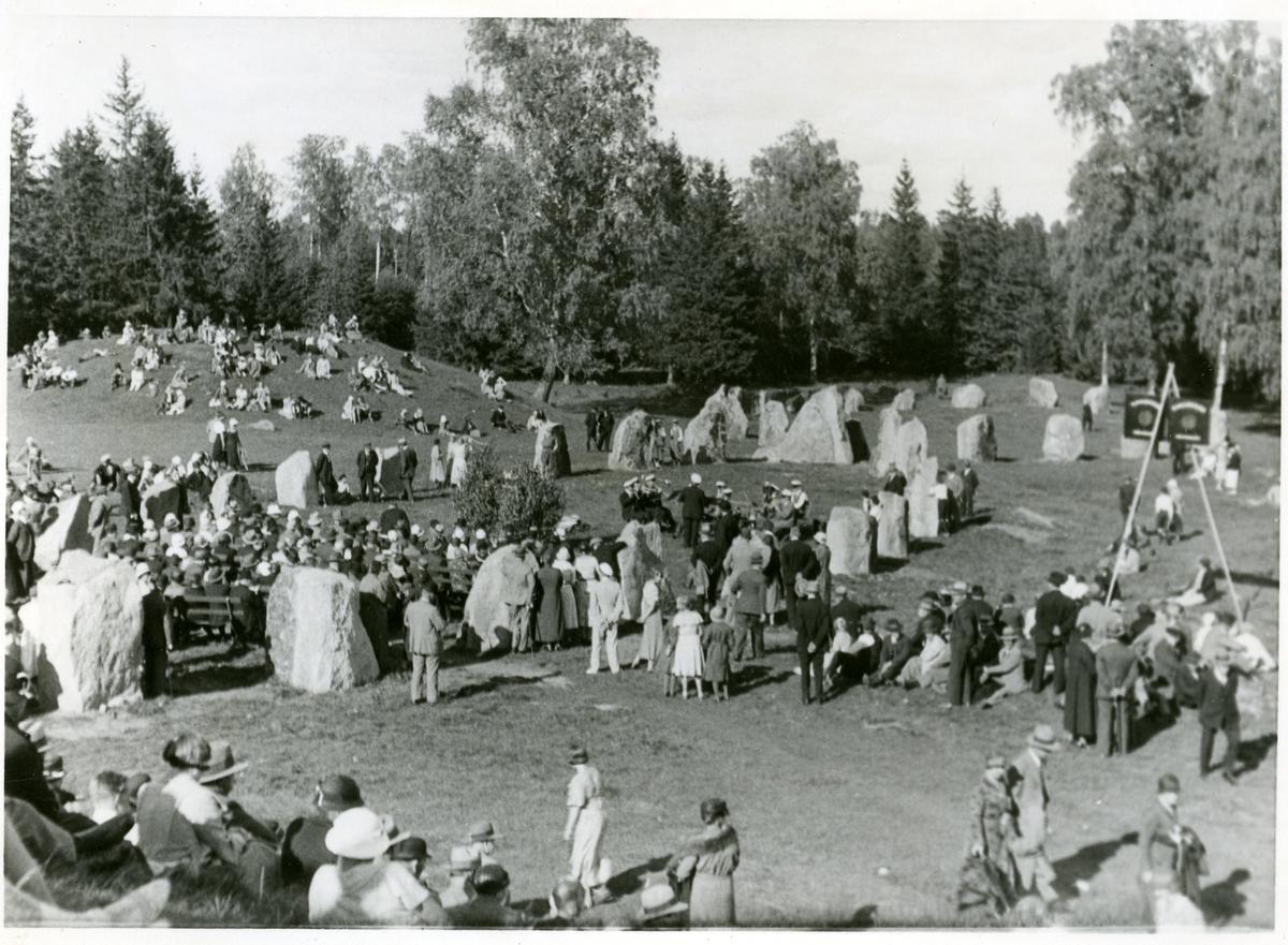 Badelunda sn, Anundshögsområdet, Långby. Besökare 13 augusti 1933.