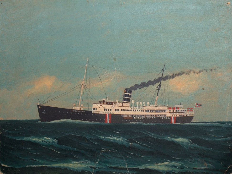 Skipsportrett av DS NORDSTJERNEN under fart i åpen sjø med nasjonalitetsmerke malt på skutesiden samt norsk splittflagg i akter.