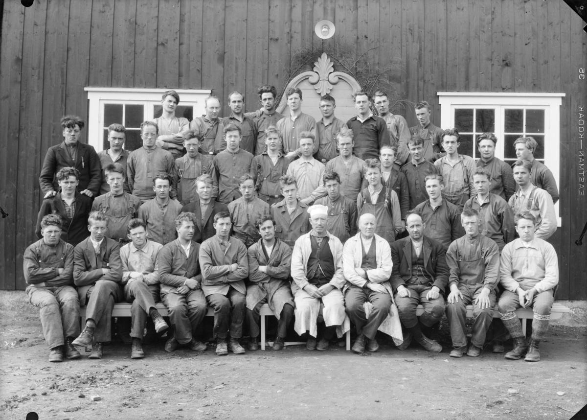 Elever og lærere ved Hjerleids husflidsskole, Hjerleids Minne, Dovre. Lærer Ola Lillevik med hvit kalott og ved siden av mot venstre Ragnvald Einbu og Thorvald Schanke