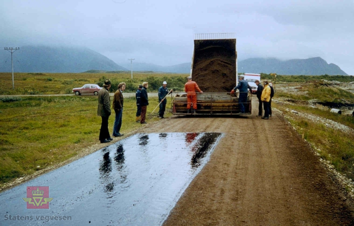 Oppstart første Ottadekke på Skogvoll. Lastebil med gruslass. Oljefilm på grusvegen.