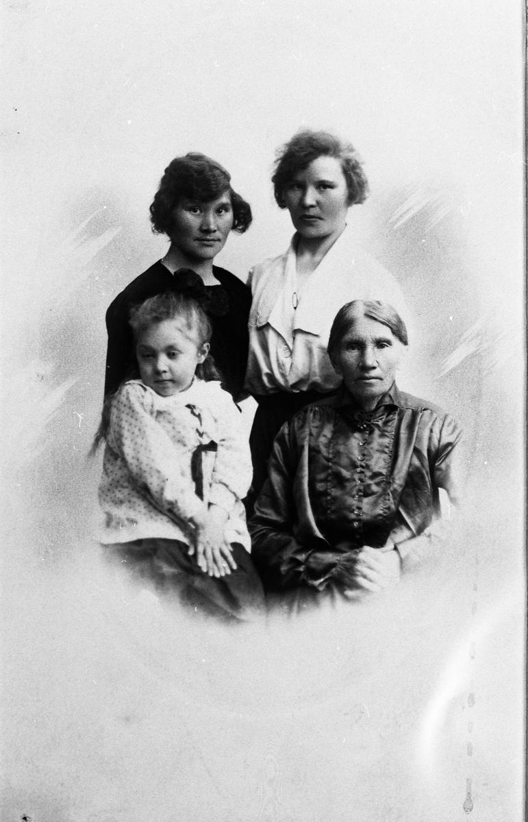 Portrett av tre damer og ei jente