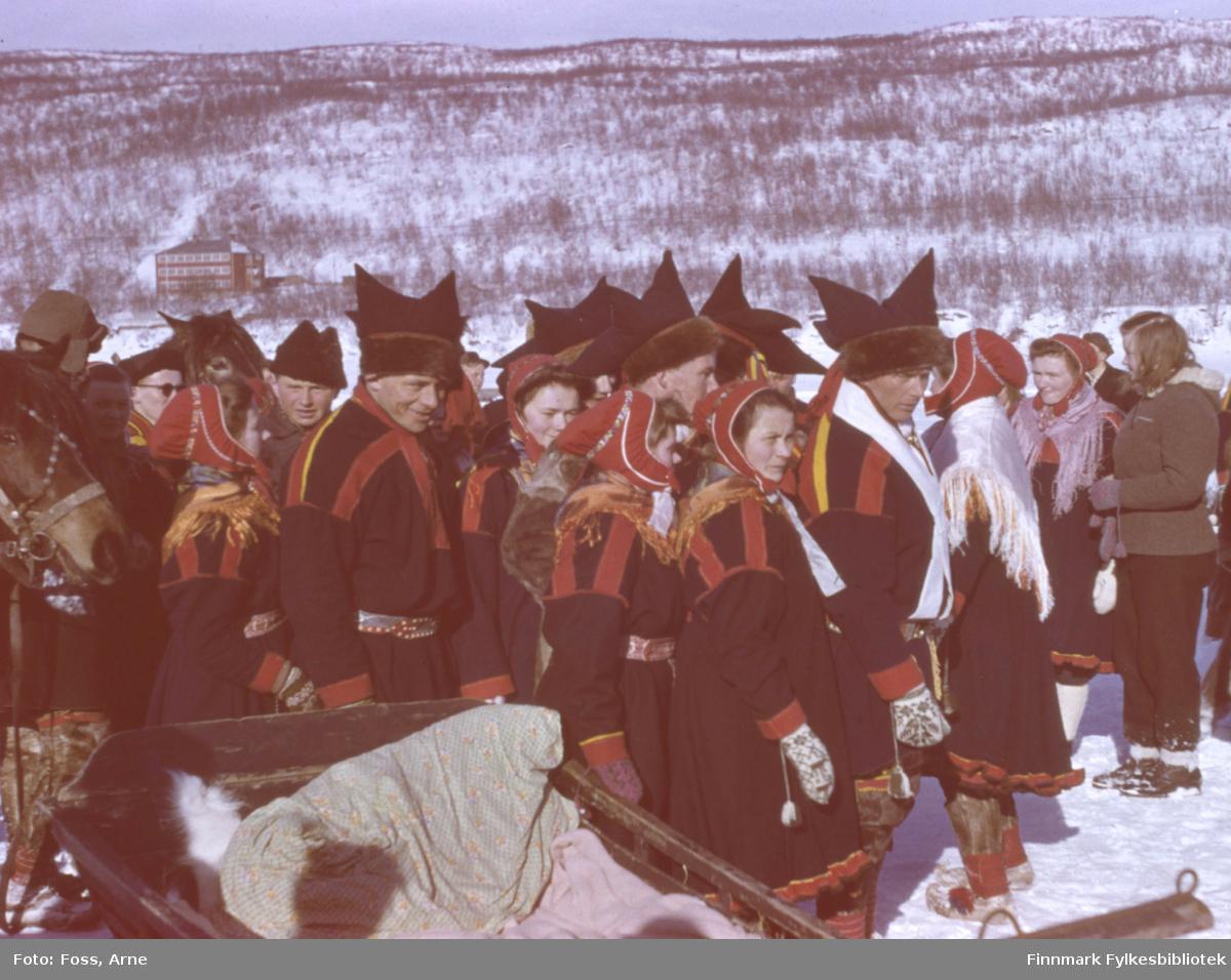 Samisk bryllup i Polmak på 2. påskedag i 1947. Polmak internat i bakgrunnen.