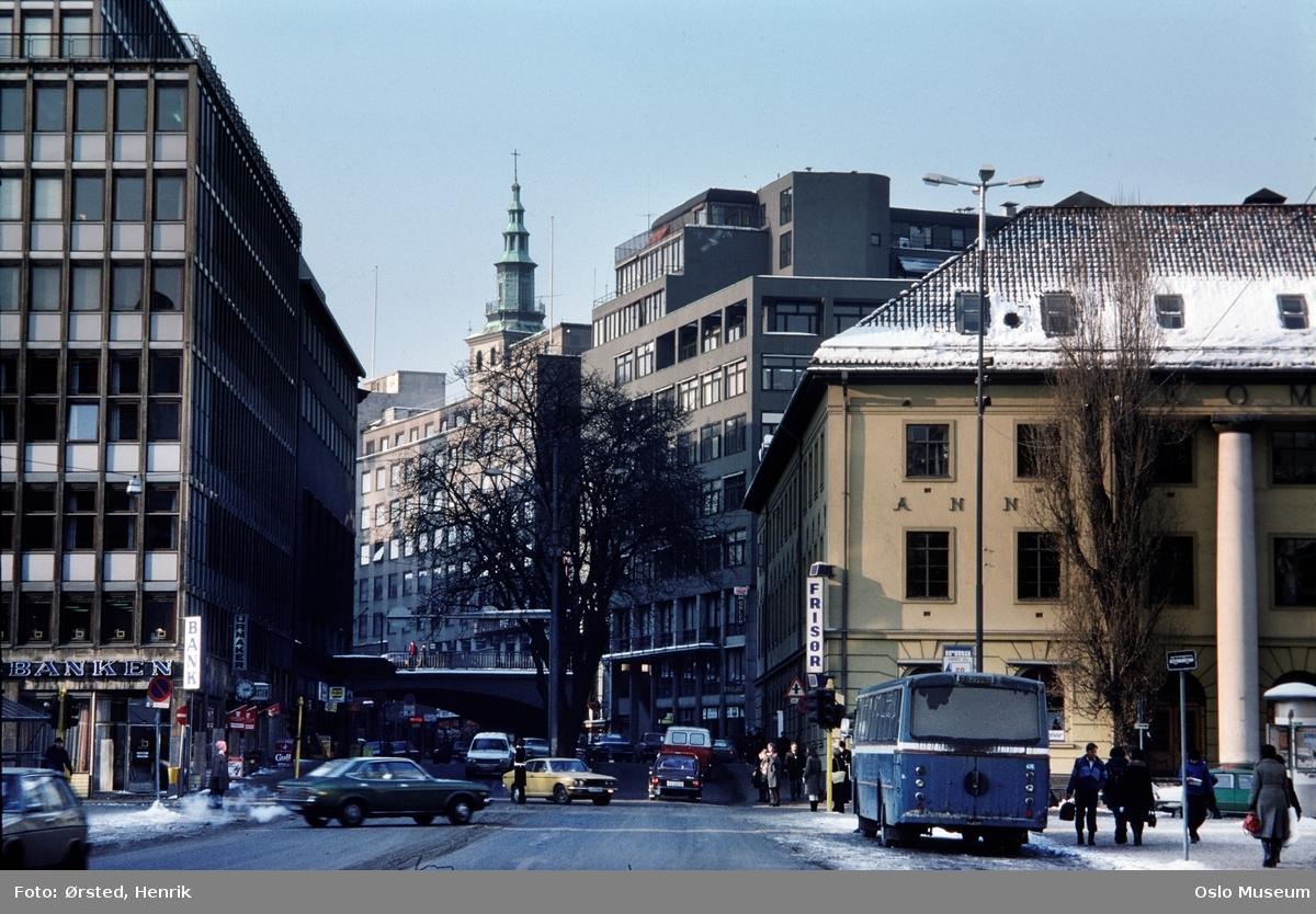 gateløp, Torggata bad, baksiden av Folkets Hus, biler, buss, trafikk, mennesker, bru, Margaretakyrkans spir