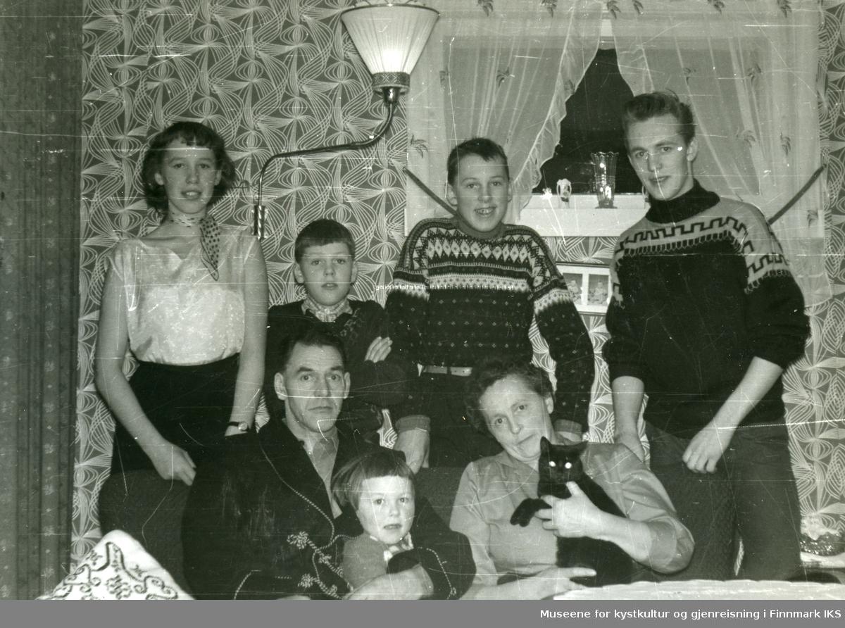 Honningsvåg. I stua til familien Grøtta i Elvedalen. Jul 1956.