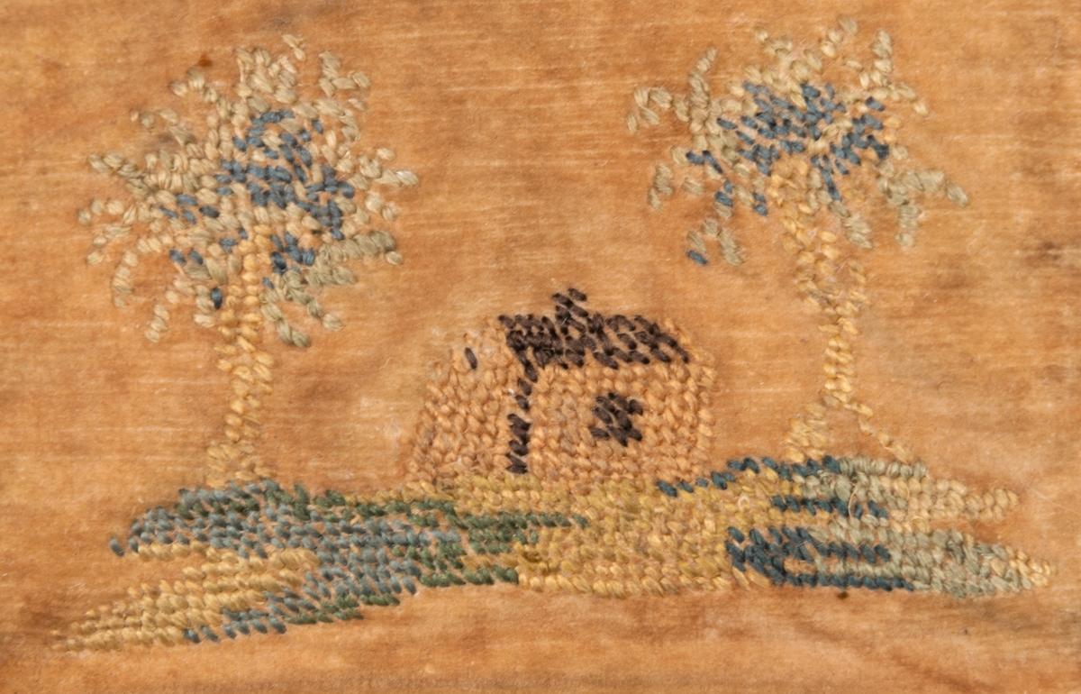 """Elddonspung med vidhängande eldstål. Pungen av sammet. Broderad på locket: blomsterranka och initialerna """"PS"""" Baksidan borderad med ett hus mellan två träd. Insidan fodrad med skinn. Knapp för stängning, en snodd löper runt hela pungen."""