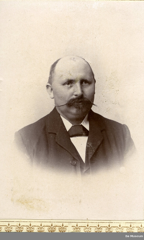 Portrettfoto av mann med bart.