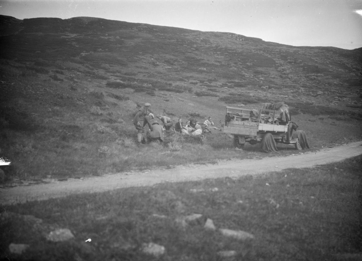 Gruppe raster i vegkanten, parkert lastebil E-262