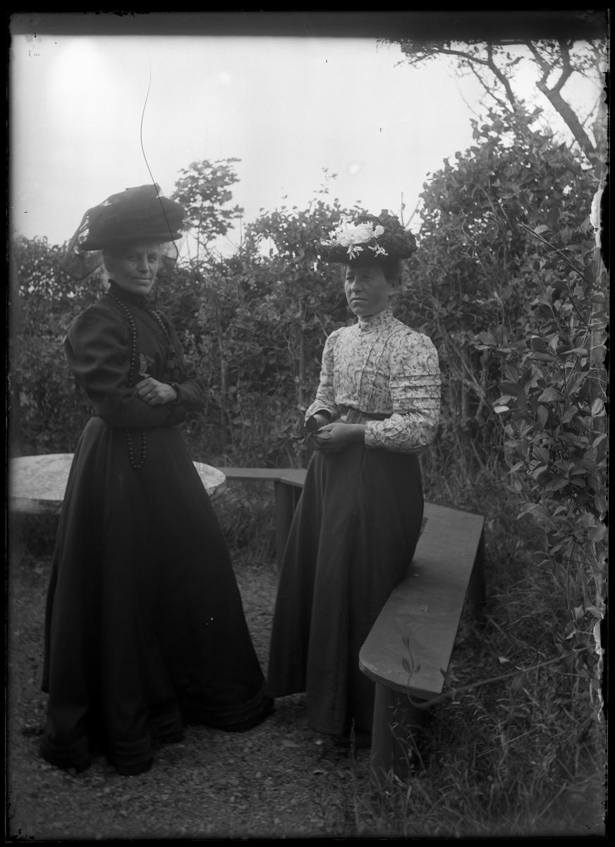 Augusta och Anna på visit på Krusegården
