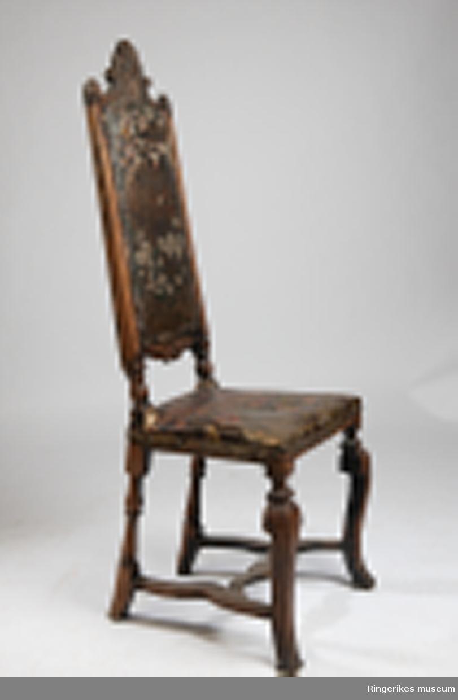 Gyldenlærstol fra 1740 gitt av Ellen Hals. Gyldenlæret har et blomstermotiv