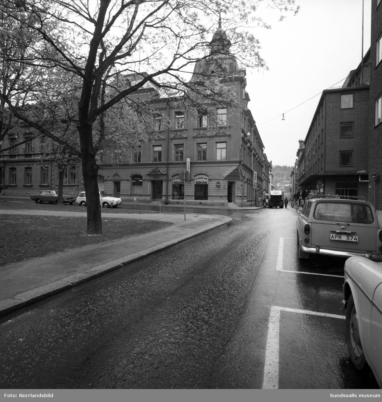 Vy norrut på Thulegatan invid Hedbergska parken. Rakt fram Hantverkshuset på Kyrkogatan 24. I butikslokalen på hörnet fanns då golvfirman Golvia.
