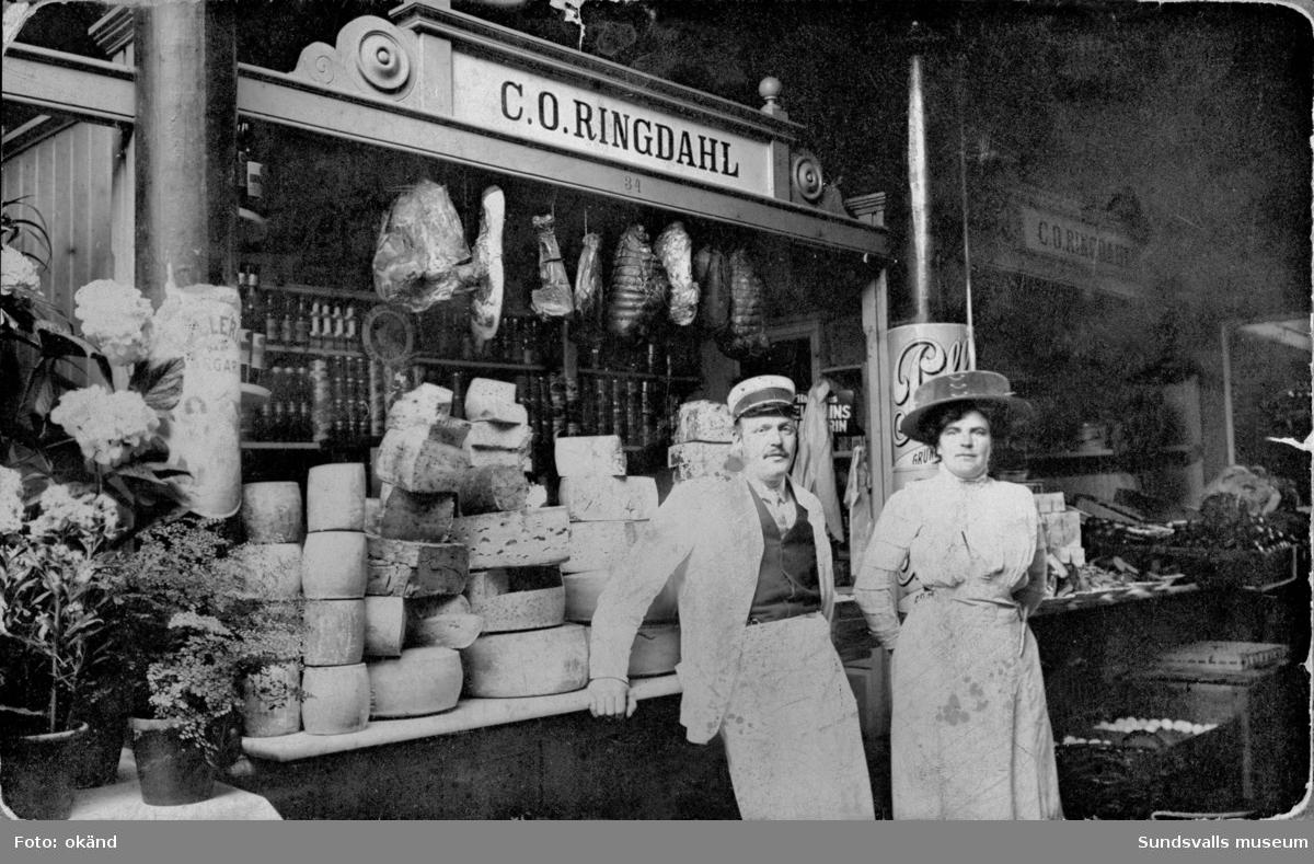 C. O. Ringdahls välsorterade ostbutik i Saluhallen, Holmströmska huset.