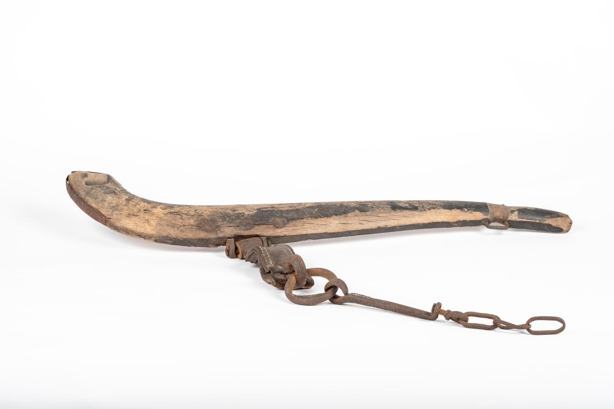 Bogtreet i buet form som kraftigere i ene enden enn den andre.  Før bogtreet buer seg, sitter det jernbeslag med en stang, som er kledd med en lærbit. I enden av stangen er det påfestet en ring. I ringen henger det en stang og deler av en lenke. Rundt den bredeste enden av bogtreet sitter det et jernbånd, samt at det er skåret hull i treet. Og ved den smaleste enden sitter det en jernhempe. Her er det også skåret spor i treet.