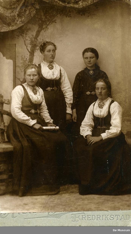 Gruppebilete av Bergit, Ragna, Mari og Anne Eika