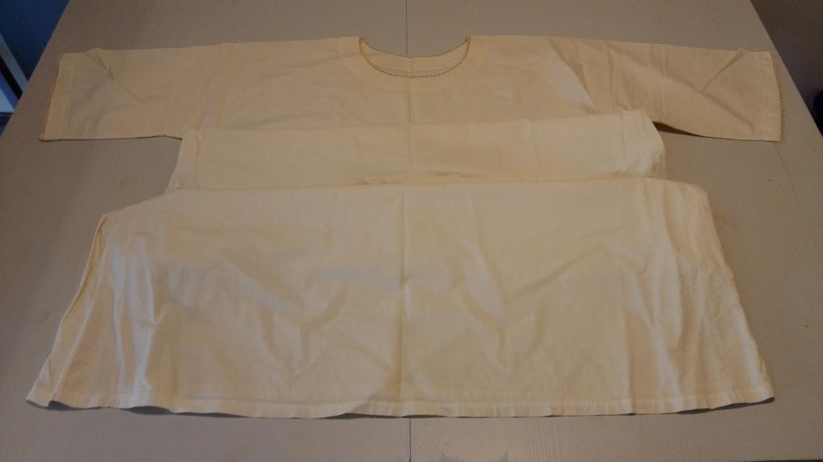 """Bolen klypt i kimonofasong i eitt stykke med moderat rund halsutringing og skrådde sider. Korte ermer glatt isydd med enkel saum og overkasta jare. Doble side- og ermesaumar. 2,7 cm brei fald på erme og 1,7 cm brei fald nest på bol. 3,5 cm brei skodning kring halsringing. Smale nuppereller kring halsringing og ermekant. """"Heimesydd"""". Har tilhøyrt seljars syster. 21:"""