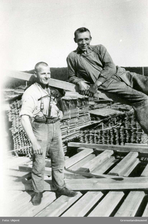 Motiv fra sagbruket på Jakobsnes før 1940. Kristian Luneborg er plankebærer.