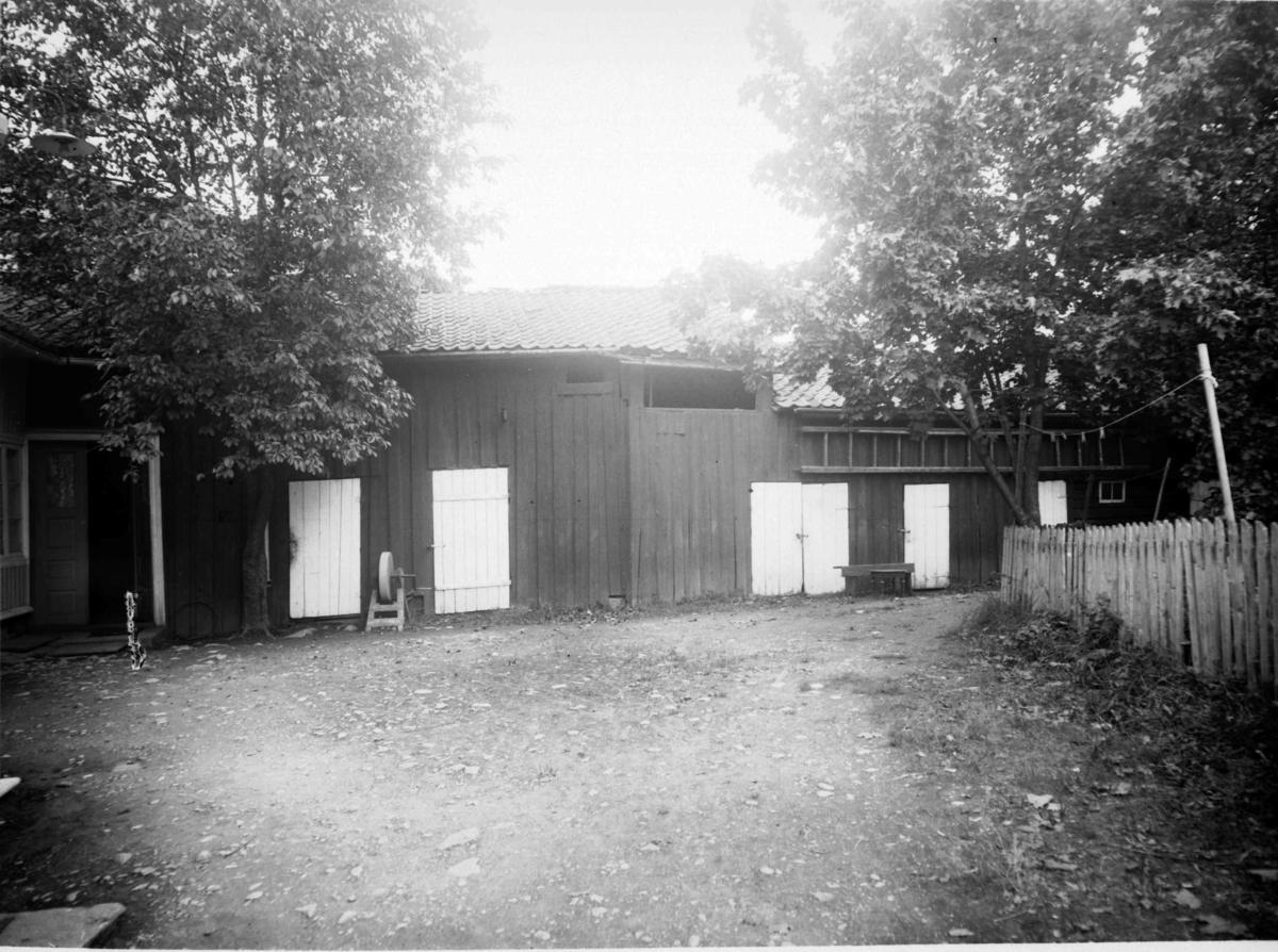 Bakgård i Lillehammer med diverse buer