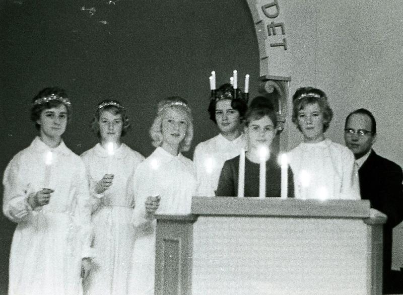 Kållereds Missionskyrka 1960-tal. Fr. v. 1. ? 2. Gunilla Karlsson. 3. Vailet Olsson Jarlsmark.  4. Carin Gustavsson Ånskog. 5. Marita Haag.  6. Britt Svensson. 7. Rune Gustavsson.