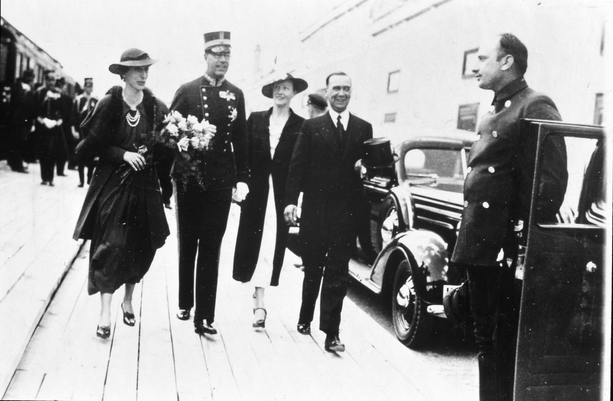 Riksdagsjubileet 1935 firas i Arboga. Kronprinsessan Louise och Kronprins Gustaf Adolf erbjuds biltransport till kyrkan. Möjligen är det disponent Anders Göransson som gör dem sällskap. (Arbogautställningen pågår samtidigt)