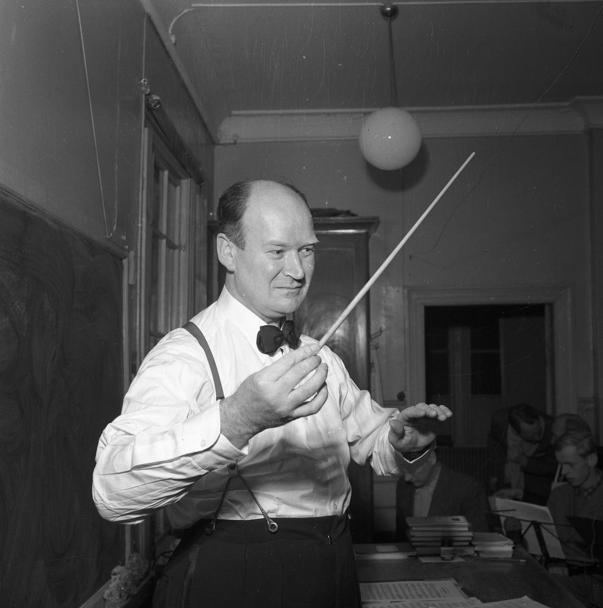 Herman Fält höll i taktpinnen för Arboga Blåsorkester under många år.  Dirigent iklädd vit skjorta med fluga samt byxor med hängslen.