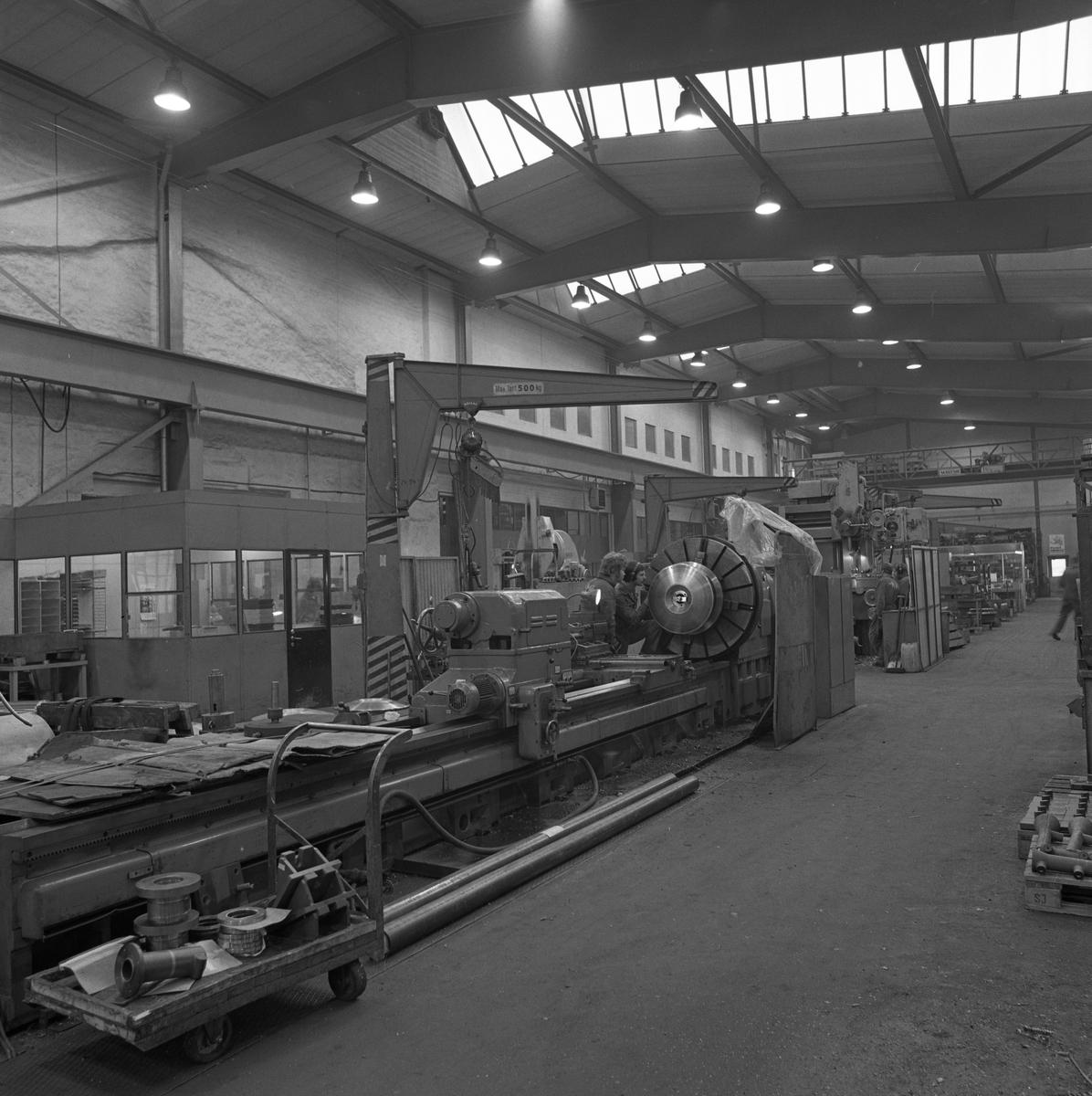 Arboga Mekaniska Verkstad, interiör. Fabrikslokal på Meken. Stora maskiner. Ett kontor syns till vänster i bild. 25 september 1856 fick AB Arboga Mekaniska Verkstad rättigheter att anlägga järngjuteri och mekanisk verkstad. Verksamheten startade 1858. Meken var först i landet med att installera en elektrisk motor för drift av verktygsmaskiner vid en taktransmission (1887).  Gjuteriet lades ner 1967. Den mekaniska verkstaden lades ner på 1980-talet. Läs om Meken i Hembygdsföreningen Arboga Minnes årsbok från 1982.