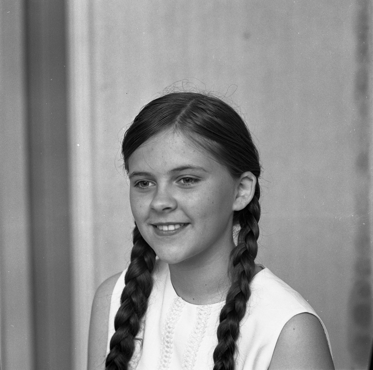 Lena Aldsjö, kandidat till Barnens Dagsprinsessan. Porträtt av flicka med flätor.