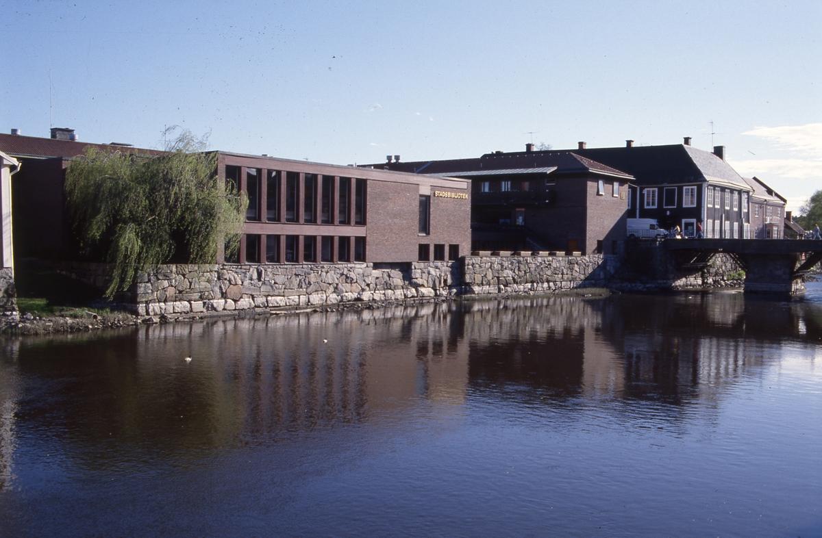Biblioteket och Kapellbron sedda från Ladbron. Arbogaån ligger lugn och stilla.